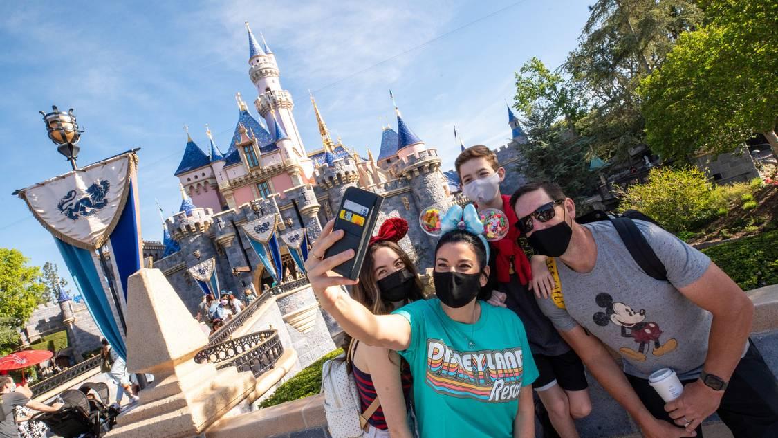 Disneyland flexibiliza uso de máscaras